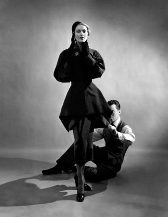 Charles James con una modelo en 1948, fotografía de Cecil Beaton
